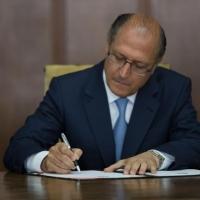 Alckmin assina decreto que cancela todos os concursos do estado e bloqueia contratações