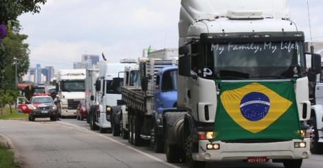 1mar2015---caminhoneiros-em-protesto-ocupam-duas-faixas-da-pista-expressa-da-marginal-pinheiro-sentido-rodovia-castello-branco-em-sao-paulo-no-inicio-da-tarde-deste-domingo-1-de-acordo-c